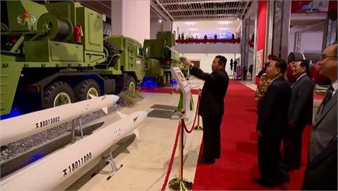 金正恩看武器展大秀核武肌肉 高超音速飛彈首亮相