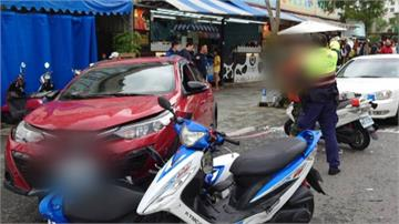 可惡!轎車開上人行道波及攤販撞飛遊客神智不清一度拒檢 酒測值1.04押回警局