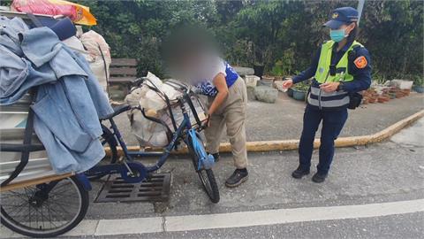 台灣最美風景!拾荒婦人三輪車壞 暖警合力抬車助修理