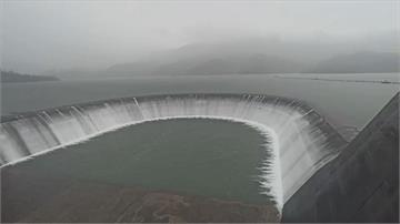 西南氣流帶來雨勢 南化水庫蓄滿溢流
