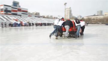車禍中找靈感!戰鬥民族把汽車當冰壺推還競賽