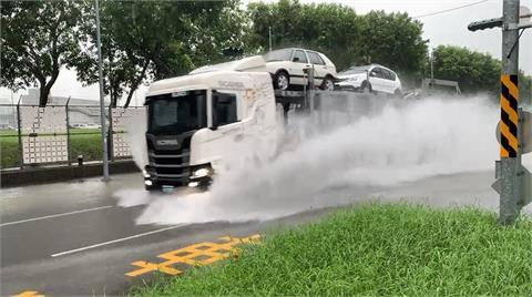 快新聞/中南部降豪雨! 高雄高鐵路積水 車輛濺起水花超過一車身