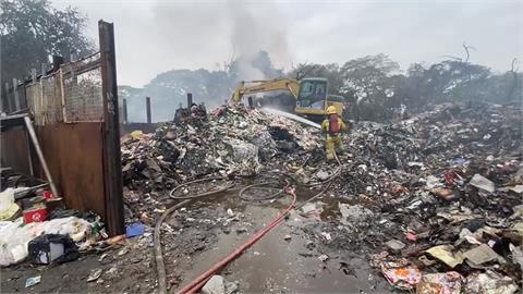 嘉義回收場燒十小時 消防拉一公里水線