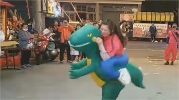 女考生還願!穿「恐龍裝」廟前熱舞跟媽祖出巡連跳2天...超有誠意