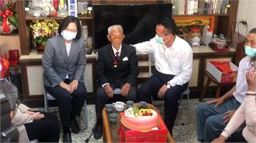 訪107歲人瑞黃德成 蔡總統致贈金牌