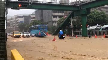 基隆各處大淹水 淹半輪胎高 馬路成「黃泥河道」泥沙衝進山區民宅