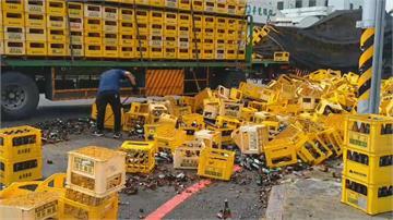 車速太快?聯結車過彎甩飛萬支啤酒瓶!800個籃子壞了估損失71萬元