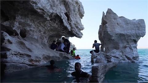 水位降低露出洞穴 伊拉克湖泊成熱門戲水景點