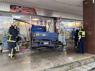 快新聞/砂石車直直撞! 八里小貨車遭追撞 失控衝進超商