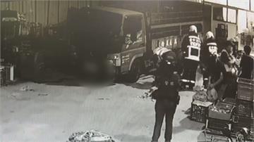 悚!蔬菜批發商貨車疑倒車不慎 婦人卡車底傷重不治