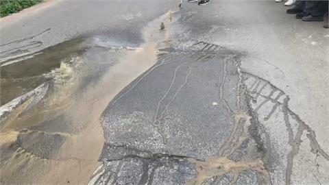 社區位山坡地 水管老舊爆裂 柏油路變成小河!