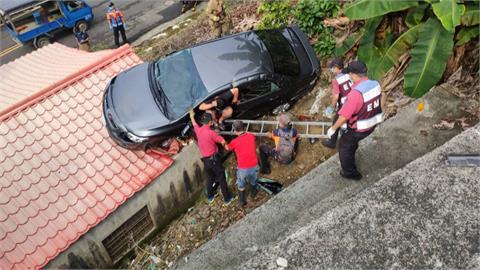 嚇死!天外飛來車... 轎車衝出邊坡 「砸在」民宅屋頂