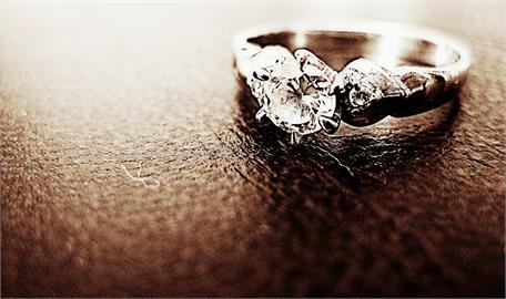 男買56萬戒指求婚 「非天然鑽石」準新娘秒翻臉!網嗆:不要娶!