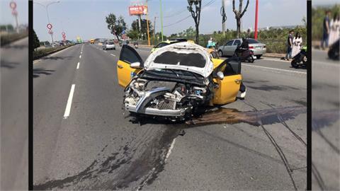 計程車飆速超車  下一秒自撞分隔島撞清潔車