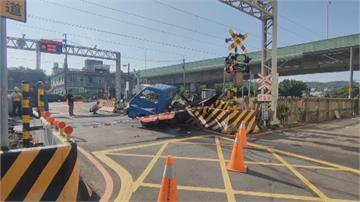 小貨車闖平交道 被區間車猛撞成廢鐵