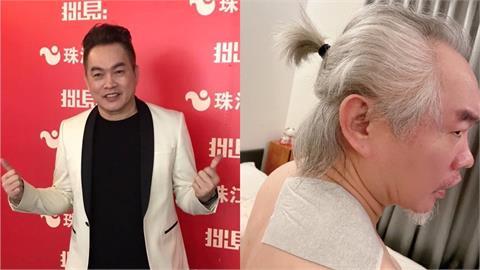 54歲康康「頭髮全白」致敬周星馳?憔悴模樣粉絲超心疼!