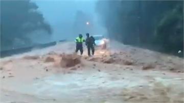 機車騎士因暴雨受困 2勇警穿越泥流救人