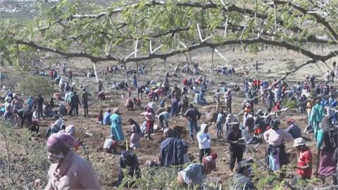 發大財成真?南非村莊傳埋藏鑽石 上千淘金客湧入搶挖寶