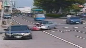 扯!小客車未打方向燈突右轉 騎士來不及反應被撞趴