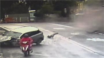下坡彎道轎車失控直撞護欄 輪胎噴飛險衝進民宅 幸無人傷亡