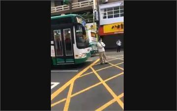 快新聞/狂! 未搭上剛離站公車 6旬男子手抱胸擋在車前方「硬攔」