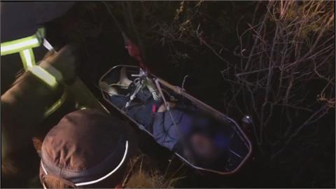 苗栗酒駕男騎車撞摔5米深溝!  消防員吊掛救援