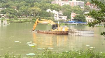 埔里鯉魚潭清淤 「怪手水上飄」遊客看呆了