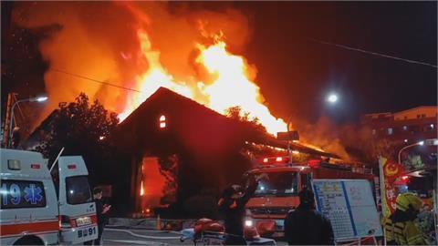高雄駁二「自行車倉庫」凌晨竄火!  檜木搭建燒到剩骨架