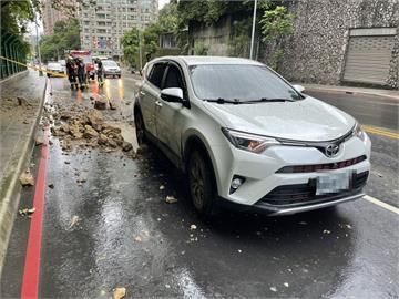 快新聞/新北康寧街山壁落石掉落砸中車輛 無釀傷亡外側車道暫封閉