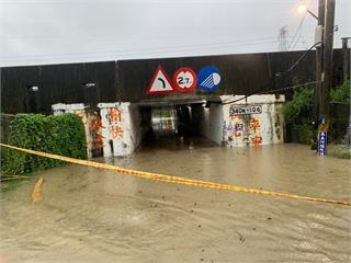 快新聞/高雄湖內區涵洞水淹及膝 警方已拉起封鎖線