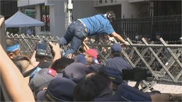 快新聞/游錫堃宣布投票開始 立院場外杏仁哥一馬當先翻上拒馬引爆衝突