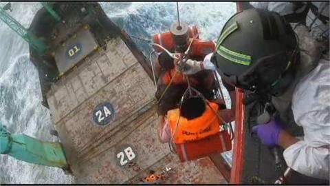 巴拿馬籍貨輪突失動力 出動黑鷹救援14船員