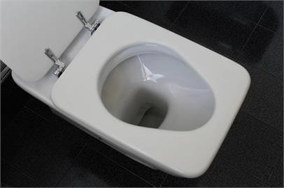 北捷上廁所「口罩掉馬桶」!他崩潰求助網笑噴:罰錢、戴上選1個
