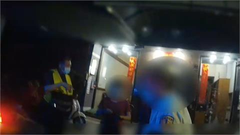 乘客醉倒叫不醒 報警求助 小黃司機不知自己被通緝 反被逮