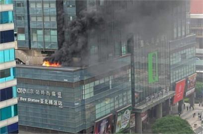 快新聞/君品酒店5樓排煙管冒火舌 一度疏散飯店內民眾