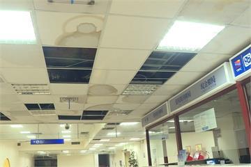 國門丟臉!基隆港西二碼頭 旅客大廳漏水
