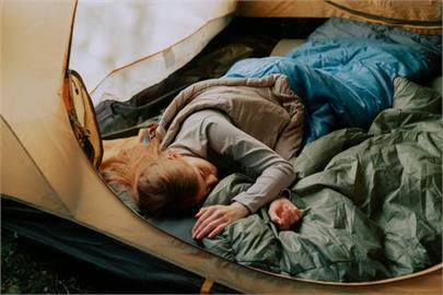 她目擊人妻露營深夜滑進「單男」帳篷30分 PO網發問:該說嗎?