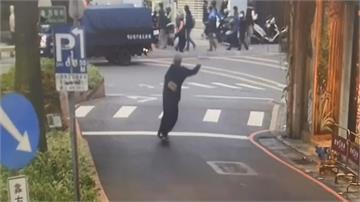 淡水老街玩滑板 巷口慘撞公車  人差點被輾到「翻滾」救一命