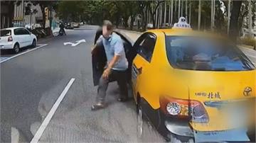 騎士掉錢包 後方小黃急煞撿錢險被撞 見錢眼開!司機私吞4千元 畫面全都錄