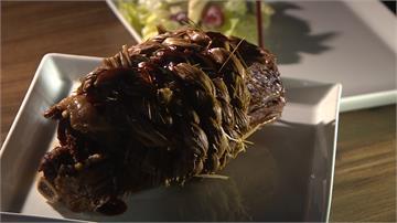 稻草綑牛小排淋高粱燒烤!配上海老母雞湯超搭