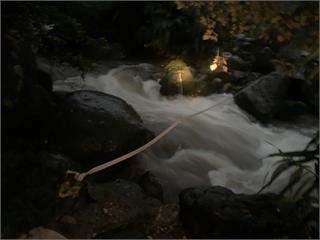快新聞/57歲女八煙野溪溫泉泡湯失足遭沖走 警消下游架設攔截繩索