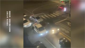 凌晨封街砸車  居民超驚嚇!感情糾紛談判爆衝突 全逮