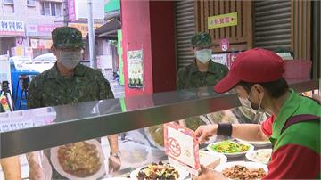 快新聞/慶祝93軍人節 持軍人證𡘙師傅請吃便當