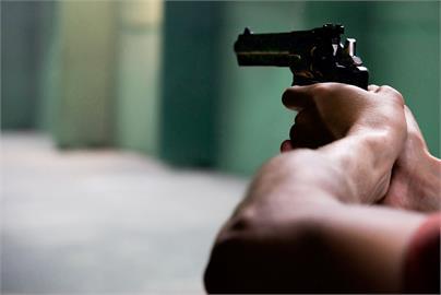 給紅牌不稀奇!宏都拉斯「超狂裁判」火大亮槍 球迷1看全嚇退