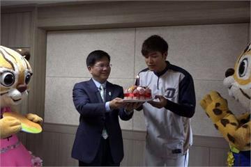 林佳龍為韓職開球 驚喜直播幫王維中慶生