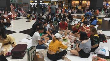北車大廳成群移工沒戴口罩聚餐 網諷直逼「辦桌等級」