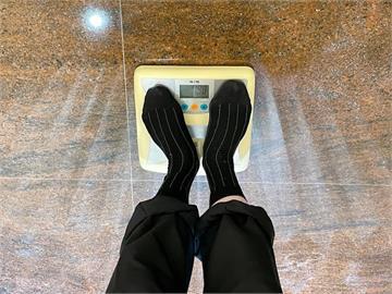 「打死不信」嗆鄭文燦體重不只80kg!體重公布只差200公克 蔡易餘秒下跪