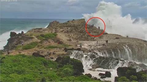 快新聞/花蓮石梯坪激起4層樓高長浪 2波大浪來襲遊客被沖倒在地