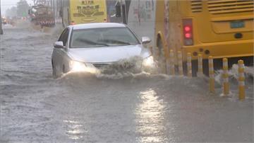 鋒面降雨來勢洶洶!南台灣居民備沙包、架閘門