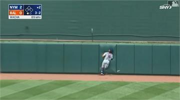 好痛的意外! 外野手接球撞牆.擦棒球擊中右眼